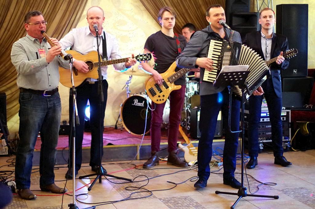 """Tradicinę muzikantų fiestą pradėjo kantri muzikos grupė """"Karčema"""" su savo nenuilstančiu vadovu ir šios šventės organizatoriumi Vygantu Stoškumi (su akordeonu)."""