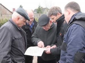Vyrai ilgai nagrinėjo seną kaimo melioracijos įrenginių planą ir ėjo ieškoti vietų, kur galėtų būti vandens surinktuvai.