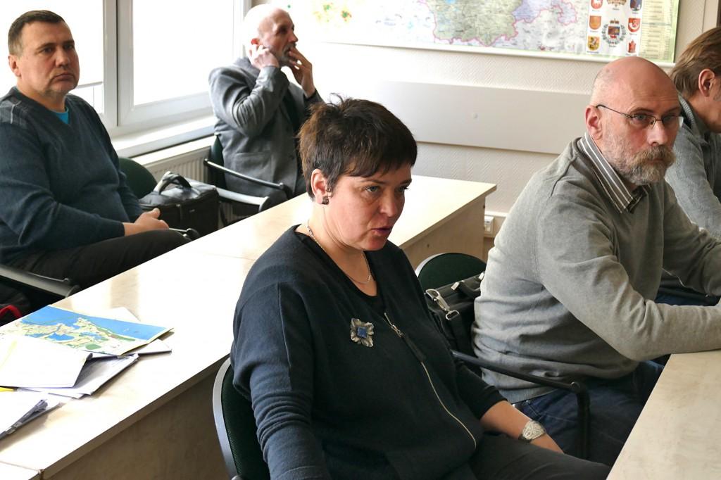 Iš kairės: pasitarime aktyviai savo nuomonę reiškė Rusnės bendruomenės atstovai Raimondas Plikšnys ir Živilė Skirkevičienė bei architektas Egidijus Vidrinskas.