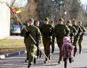 Savanorių būrys įveikė bėgimo trasą su vėliava ir daina.
