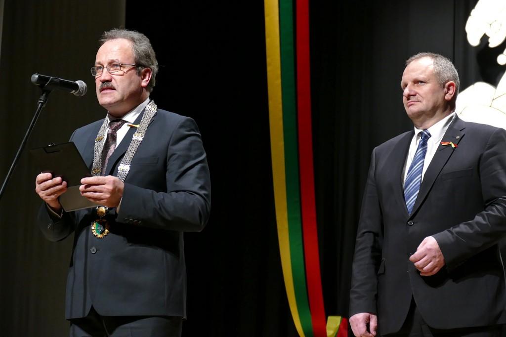 Iš kairės. Šventinį minėjimą sveikinimo žodžiais pradėjo Šilutės rajono savivaldybės meras Vytautas Laurinaitis ir Lietuvos Respublikos Seimo pirmininko pavaduotojas Kęstas Komskis.