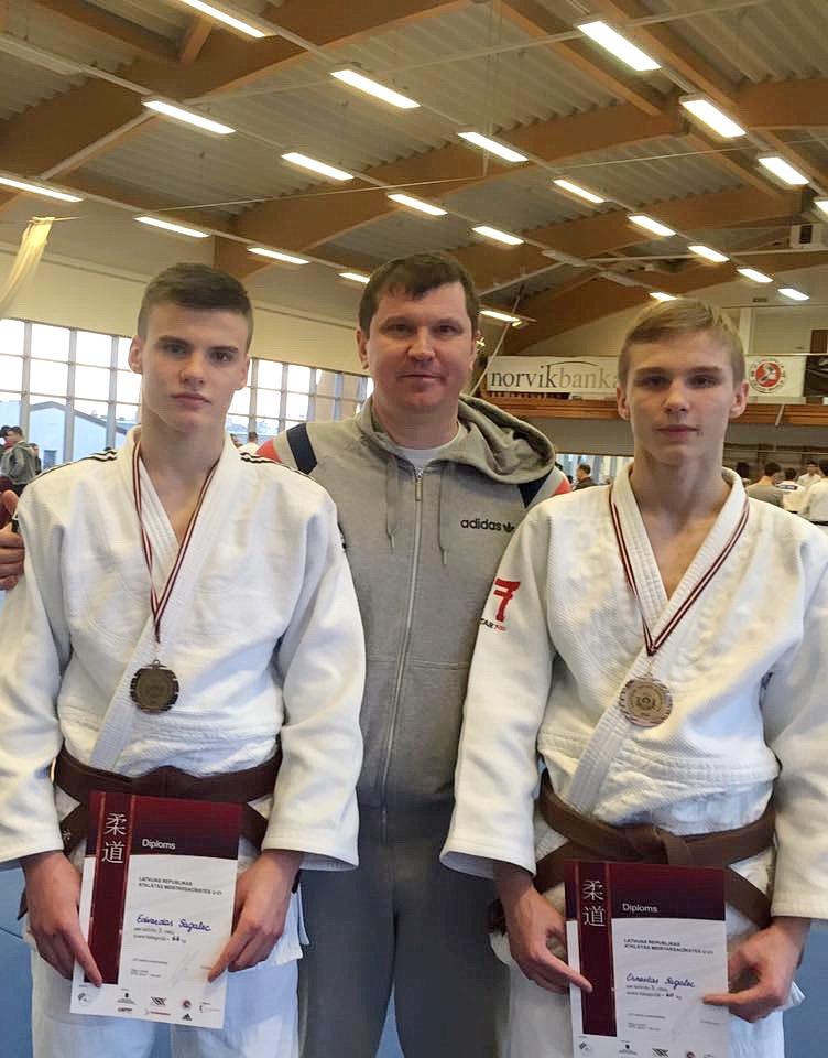 Latvijos dziudo U-21 čempionato prizininkai broliai Edvardas (kairėje) ir Ernestas (dešinėje) Sagalec su savo tėveliu Aleksejumi.