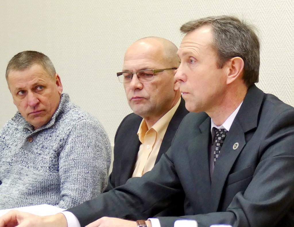 Liberalų sąjūdžio Šilutės skyriaus pirmininkas Raimundas Ambrozaitis (centre) su Savivaldybės Tarybos nariais, palikusiais Lietuvos laisvės sąjungą (liberalus) ir perėjusiais į Liberalų sąjūdį, Šilutės pirmosios gimnazijos istorijos mokytoju ekspertu Algirdu Geču (dešinėje) ir veterinarijos gydytoju Vidmantu Geču.