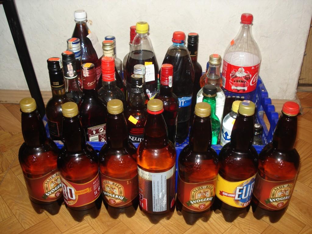 Švėkšnos gyventojo namuose įvairiose plastikinėse ir stiklinėse talpose rasta apie 23 litrai naminės.