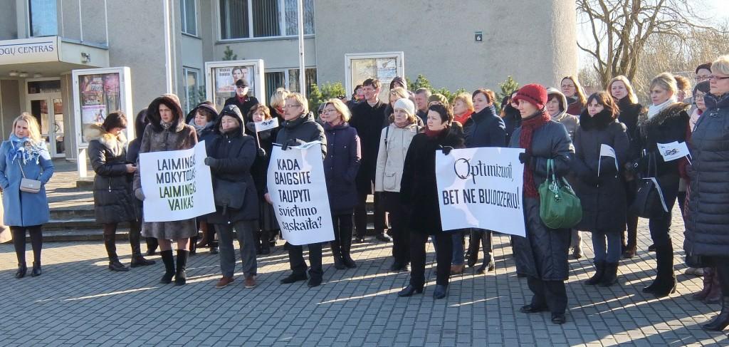 Į piketą Šilutėje susirinko per 60 mokytojų ir juos palaikančių rajono gyventojų.