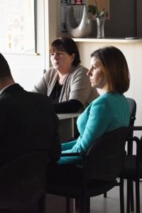 Komisijoje dirba Švietimo skyriaus vedėja Birutė Tekorienė (iš kairės), posėdyje dalyvavo rajono mero patarėja Inesa Murauskienė.