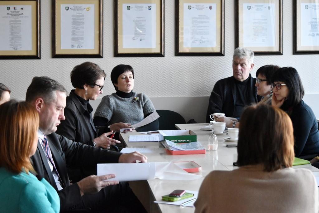 Keliolikos įvairių sričių specialistų, rajono Tarybos narių komisija, kuriai vadovauja Savivaldybės administracijos direktoriaus pavaduotojas Virgilijus Pozingis (iš kairės antras), posėdyje aptarė ir vertino 66 programas.