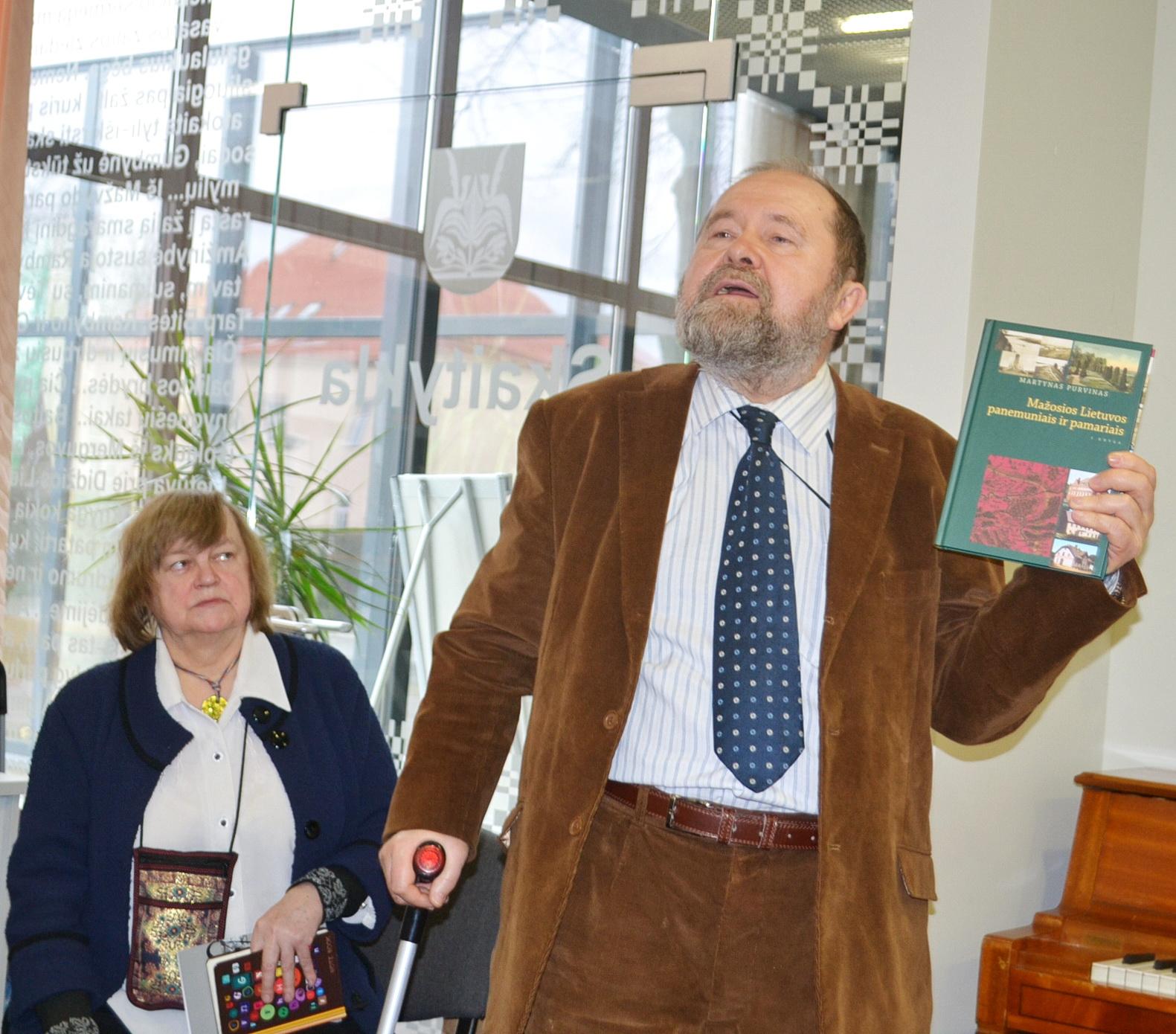 """Pagėgių krašto garbės pilietis dr. Martynas Purvinas bibliotekoje pristatė savo naują leidinį """"Mažosios Lietuvos panemuniais ir pamariais (pirma knyga)""""."""