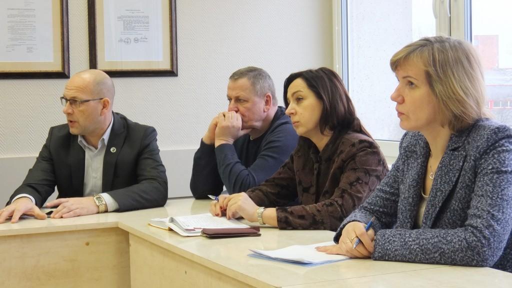 Aktyviai diskusijoje dalyvavo Tarybos narys Raimundas Ambrozaitis (iš kairės), nė žodžio neištarė Tarybos narys Vidmantas Gečas, abejonėmis dalijosi Tarybos narės Sandra Tamašauskienė ir Daiva Žebelienė.