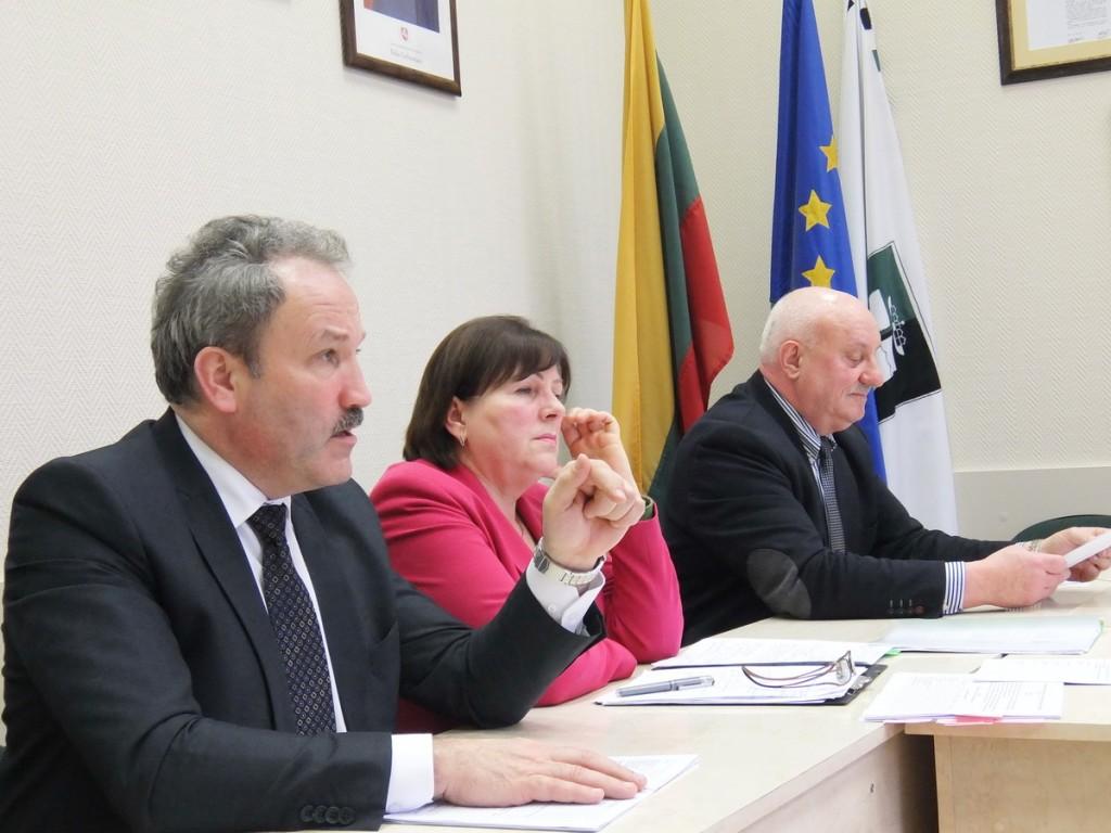 Rajono meras Vytautas Laurinaitis (iš kairės), Švietimo skyriaus vedėja Birutė Tekorienė ir Savivaldybės administracijos direktorius Sigitas Šeputis diskusijoje užėmė įtikinėtojų pozicijas.
