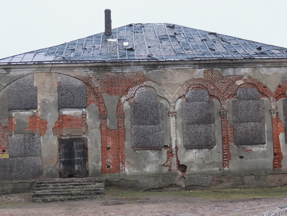 Žydų sinagoga gadina Švėkšnos miestelio vaizdą, ruberoido gabalai krenta nuo stogo, vanduo vėl merkia pastatą.