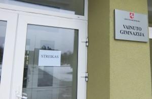 """Visi, kas ėjo į Vainuto gimnaziją, ant durų pamatė užrašą: """"Streikas""""."""