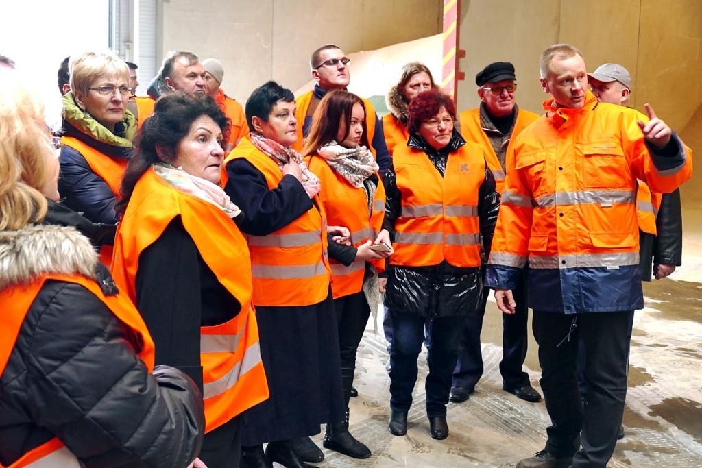 Technikos direktorius Virginijus Liepis (dešinėje) papasakojo apie visą fabriko gamybos ciklą.