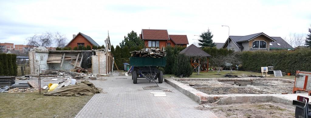 """UAB """"Stamela"""" darbuotojai baigia nugriauti Žalgirio g. 29 buvusius senus pastatus."""