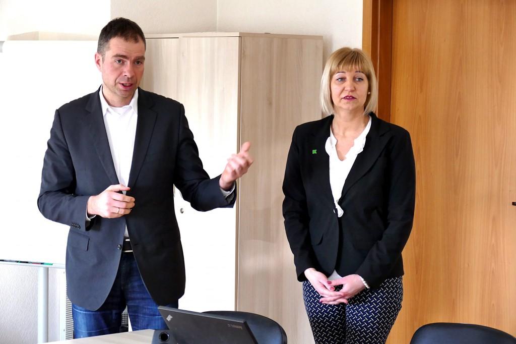 Konferencijų salėje apie visą įmonių grupę ir ypač apie pagrindinę Lietuvoje veikiančią įmonę  UAB Klasmann-Deilmann Šilutė daugiausiai pasakojo pats jos vadovas Kazimieras Kaminskas ir Pardavimų skyriaus specialistė Aušra Lukošienė.