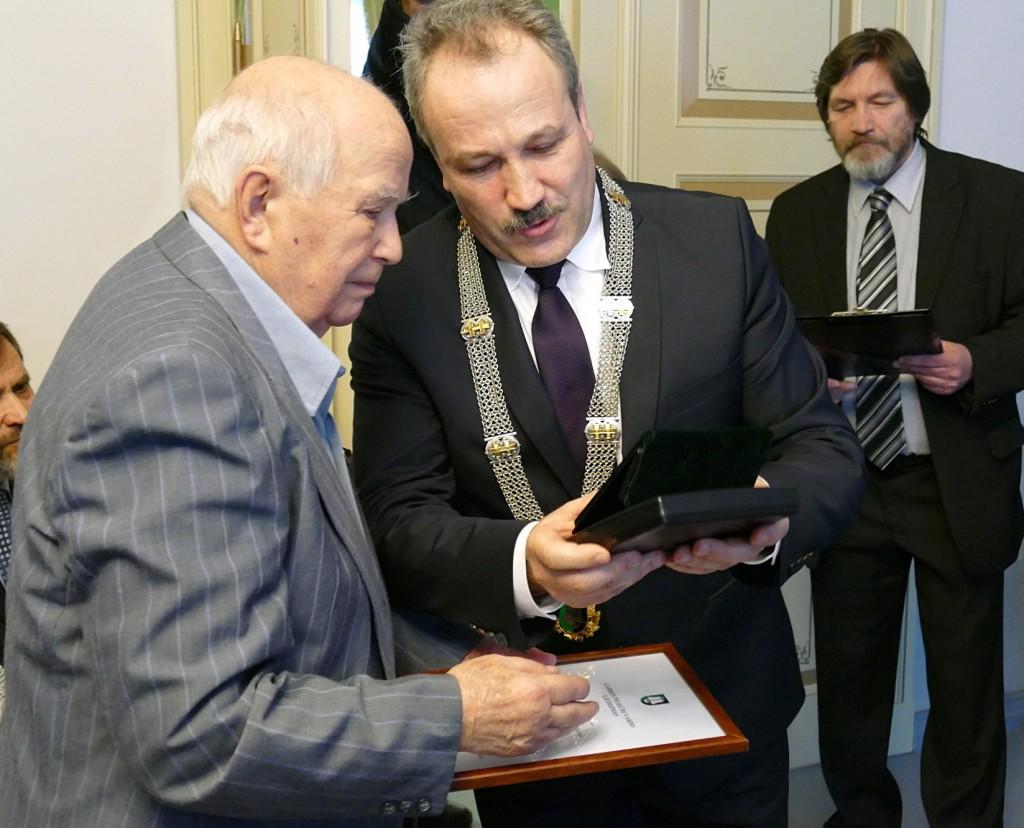 Garbės piliečio regalijas Algirdui Červinskui įteikė Šilutės rajono savivaldybės meras Vytautas Laurinaitis.