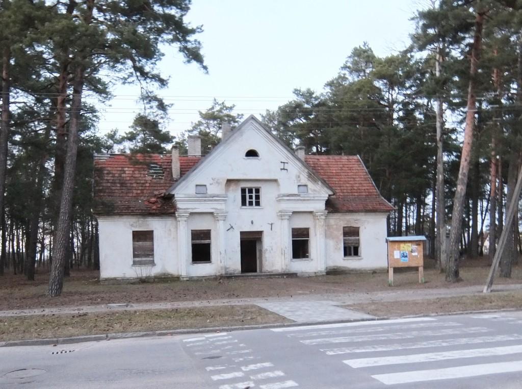 Traksėdžių gyventojai, siekdami išsaugoti vietos pagrindinę mokyklą, rodo pirštais į priešais mokyklą kitoje gatvės pusėje buvusį kultūros namų pastatą, pavirtusį į vaiduoklį kiauru stogu, išdaužytais langais... Tad žmonės nusiteikę ginti mokyklą nuo panašaus likimo.