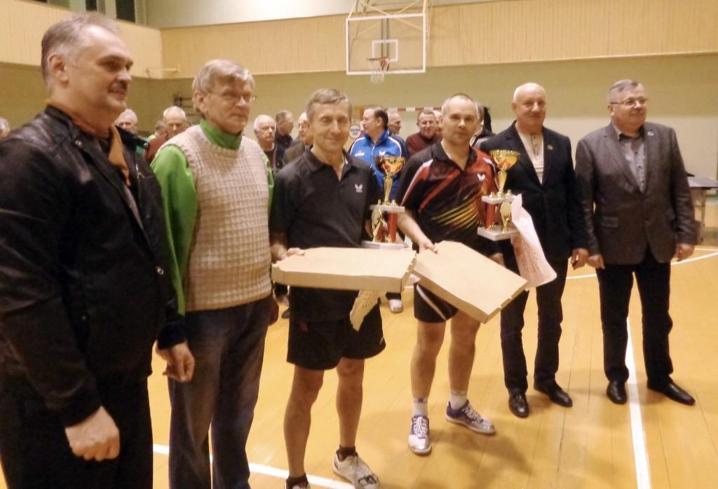 """Apdovanoti turnyro nugalėtojai (iš kairės): UAB """"Stamela"""" direktoriaus pavaduotojas K. Girčius, varžybų dalyvis ir prizininkas Šilumos tinklų įmonės direktorius A. M. Šaulys, čempionai – """"Tilzitės"""" komandos nariai A. Merkuševas ir R. Gečas, LSDP Šilutės skyriaus pirmininkas S. Šeputis, UAB """"Įtampa"""" vadovas A. Bekeris."""