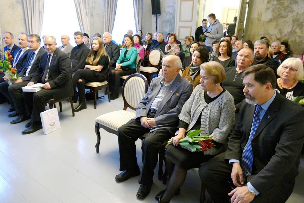 Susirinkusieji pasveikinti penktojo Šilutės miesto garbės piliečio vos tilpo Hugo Šojaus dvaro komplekso reprezentacinėje salėje.