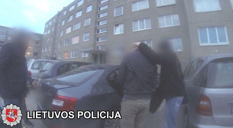 Studento grobikus policijos pareigūnai sulaikė Šilutėje, Melioratorių al. esančiame daugiabutyje.