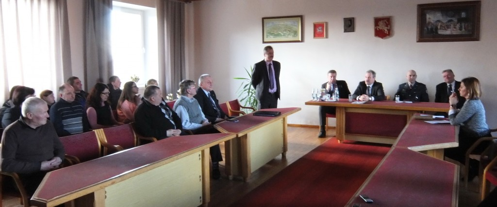 Į susitikimą su rajono vadovais negausiai susirinkę Juknaičių seniūnijos gyventojai įdėmiai klausėsi, mažai klausinėjo ir visai nieko nekritikavo.