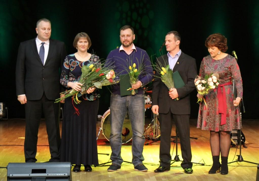 Meras Virginijus Komskis su Meno ir sporto mokyklos atstovais Evelina Norkiene, Dariumi Stažiu, Antanu Merkevičiumi, Alvyra Jankantiene.