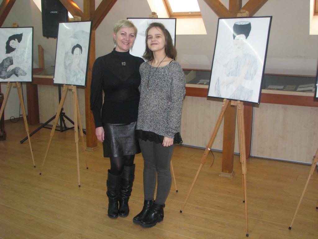 Šilutės Vydūno gimnazijos 3 klasės gimnazistė Monika Jauniūtė prie savo darbų įsiamžino su dailės mokytoja Audrone Stasiuliene.