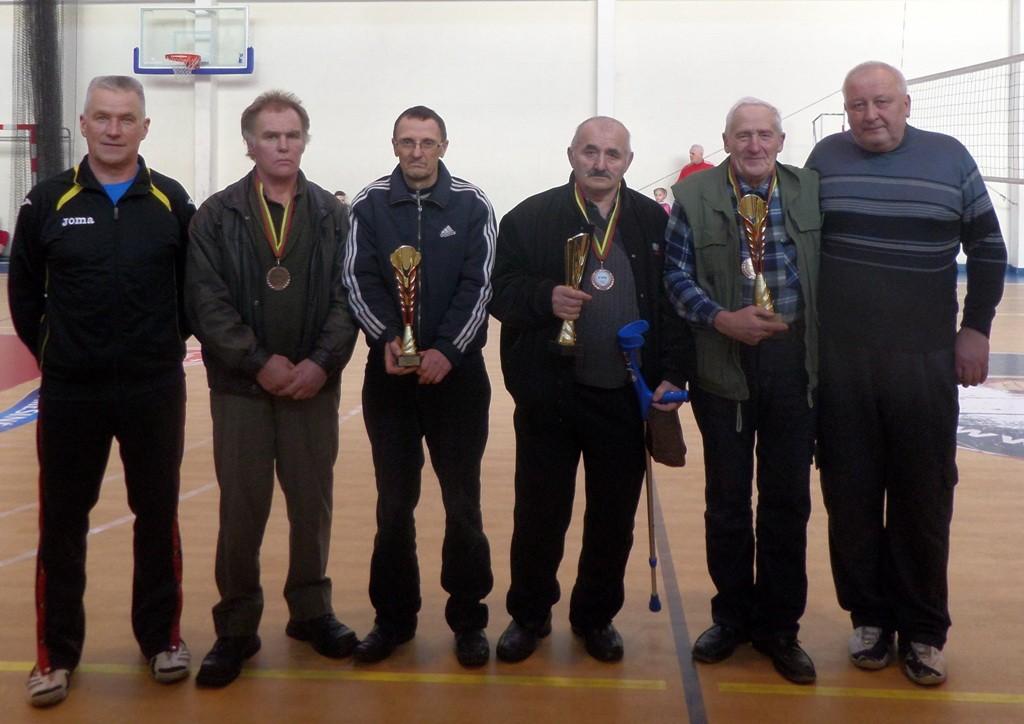 Šachmatų turnyro prizininkus pasveikino ir apdovanojo Sporto ir turizmo centro direktorius Ervinas Kuncaitis (pirmas iš dešinės) bei Pagėgių savivaldybės tarybos narys Remigijus Špečkauskas (pirmas iš kairės).