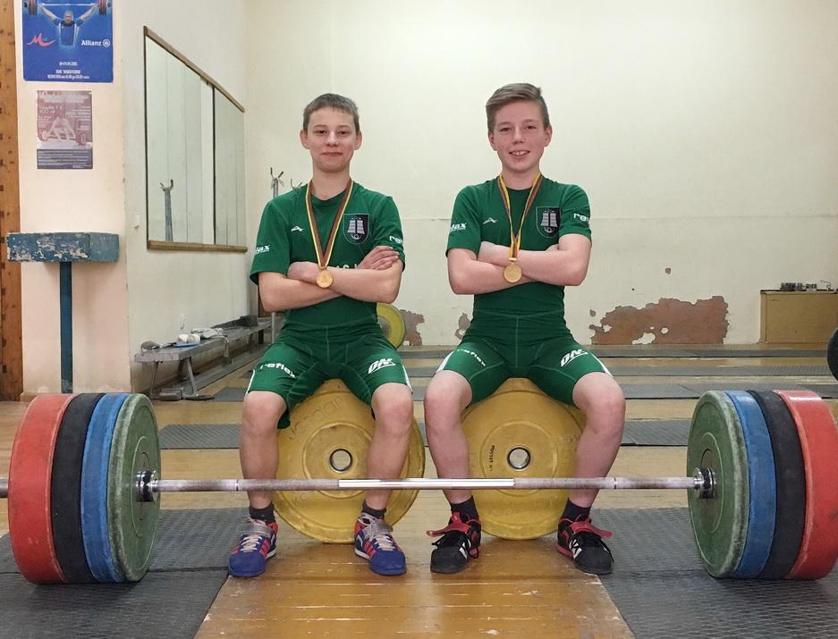 Lietuvos jaunių sunkiosios atletikos čempionai šilutiškiai Artemijus Gergelis (kairėje) ir Dovydas Kalvaitis.