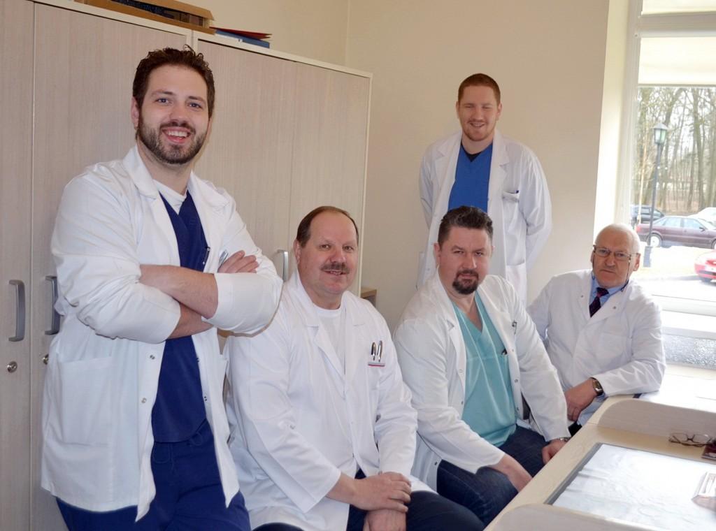 Šilutės ligoninės Traumatologijos skyriaus gydytojai (iš kairės): Paulius Piesliakas, Viktoras Šileikis, Audrius Budnikas, Andrius Tubis (stovi) ir skyriaus vedėjas Adulis Valodska.