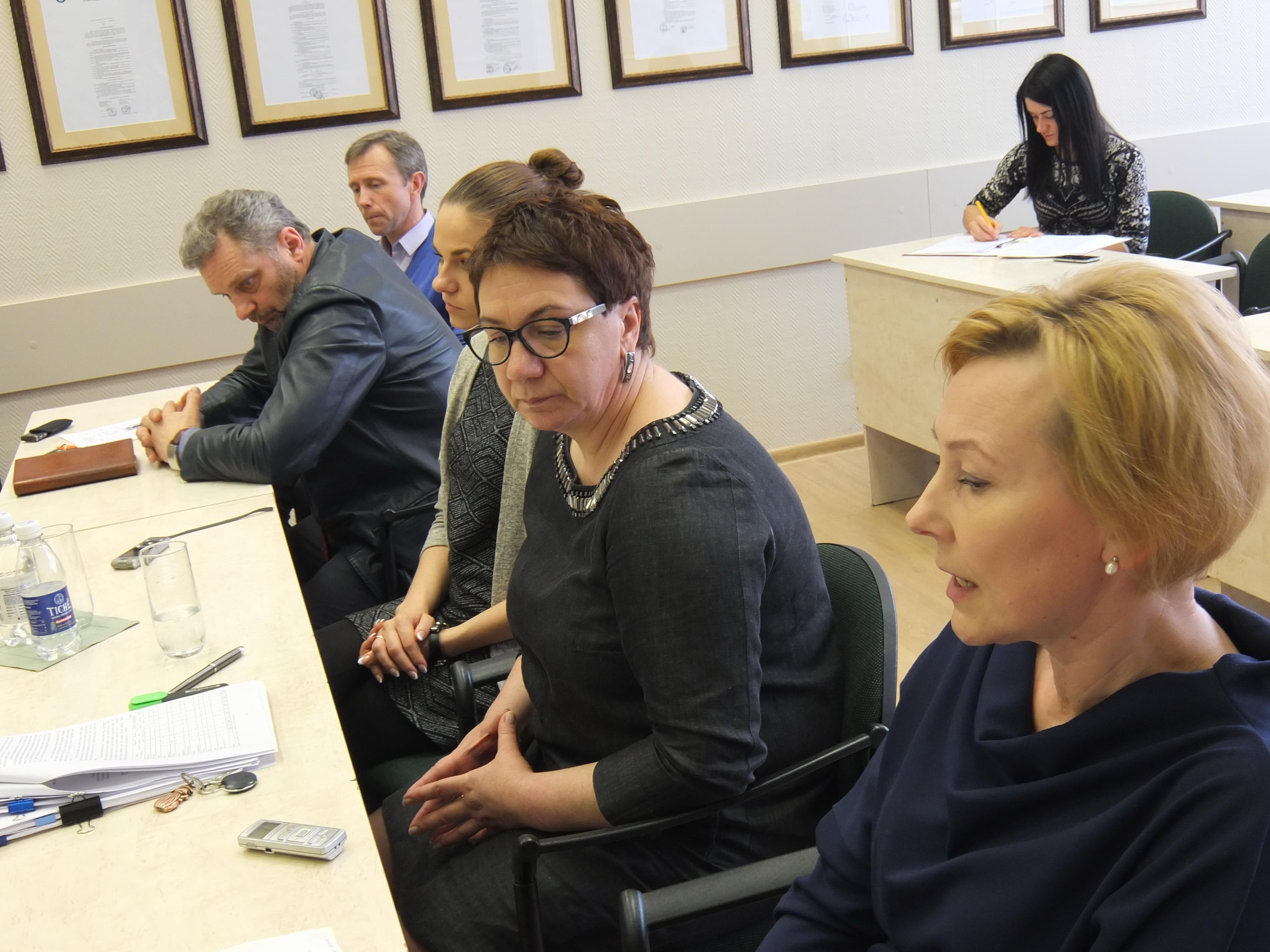 Savivaldybės Socialinių paslaugų poskyrio vedėja Audronė Barauskienė (centre) abejojantiems socialinės rizikos asmenų globa priminė, kad nelaimių atvejais pirma domimasi, ar tinkamai pareigas atliko socialiniai darbuotojai.