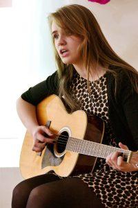 Pritardama sau gitara dainavo Violeta Vilniškytė.