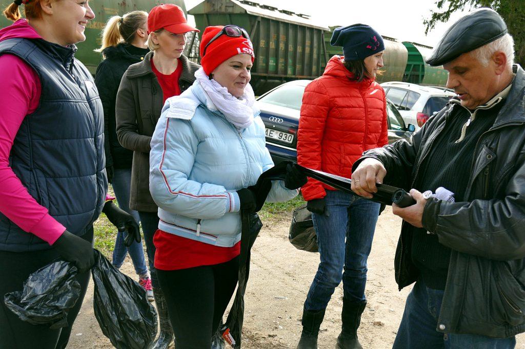 Šilutės seniūno pavaduotojas Algirdas Ivanauskas aprūpino talkininkus šiukšlėms surinkti skirtais maišais.