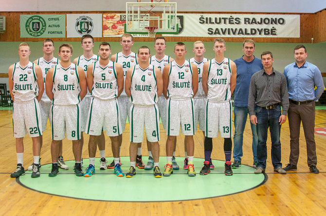 """""""Šilutė"""" (iš kairės): Tauras Ulevičius (Nr.22), Tomas Lekūnas (Nr.15), Deividas Kumelis (Nr.8), Gvidas Galinauskas (Nr.30), Justinas Olechnavičius (Nr.5), Aurelijus Pukelis (Nr.24), Darius Kibildis (Nr.4), Edvinas Alunderis (Nr.6), Laurynas Stonkus (Nr.12), Ignas Vaitkus (Nr.9), Laimonas Remeikis (Nr.13), treneris Petras Jonikas, VšĮ """"Šilutės sportas"""" direktorius Dainius Gricevičius, krepšinio vadybininkas Jonas Gavėnia. Nuotraukoje nėra šilutiškių Artūro Grygelio, Žygimanto Ūselio, Adomo Vitkausko, kauniečio Modesto Žaunierūno bei vėliau prie komandos prisijungusių amerikiečių Thom Ulysses ir Jordan Christopher Hester."""