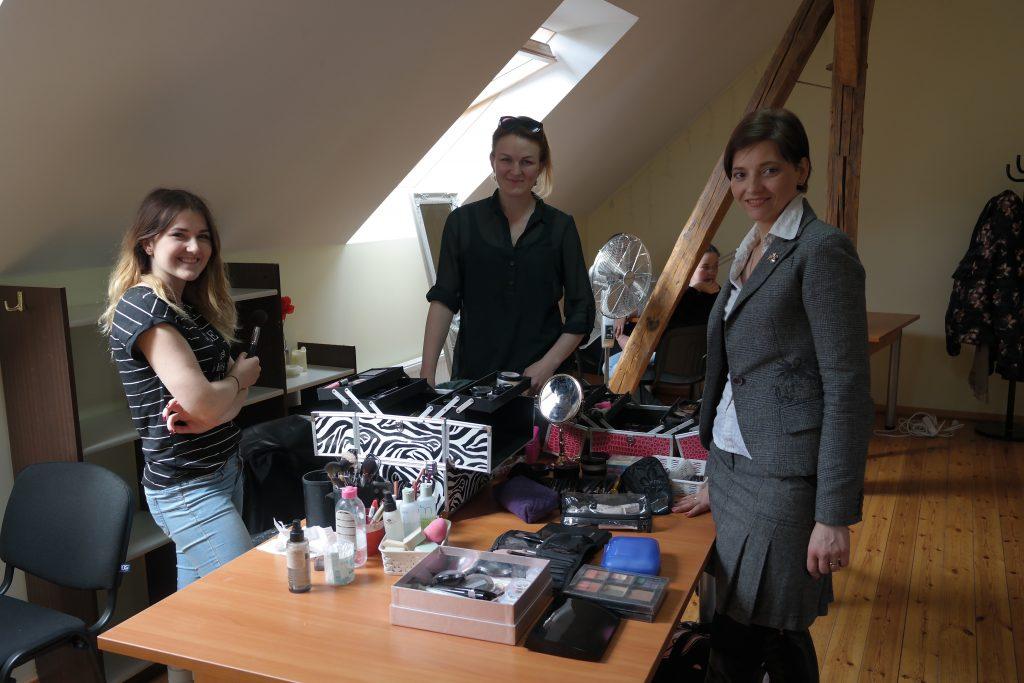 Vizažistės Greta Konaverskytė, Gita Žimaitė (kairėje) ir grožio konsultantė Renata Tautvydienė (dešinėje) mamas papuošė ne tik įspūdingu makiažu, bet ir pasidalino grožio patarimais.