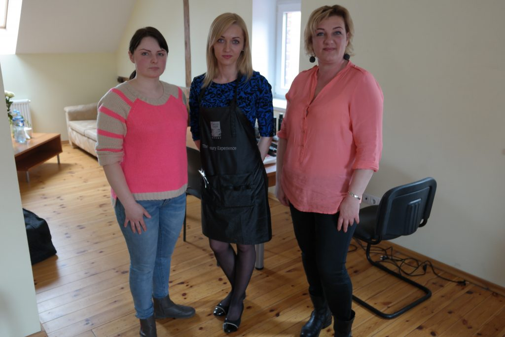 Ne tik vizažistės, bet ir kirpėjos pildė mamų norus. Nuotraukoje iš kairės: Rūta Rimkienė, Judita Daugintienė, iš dešinės – Daina Kuzmickienė.