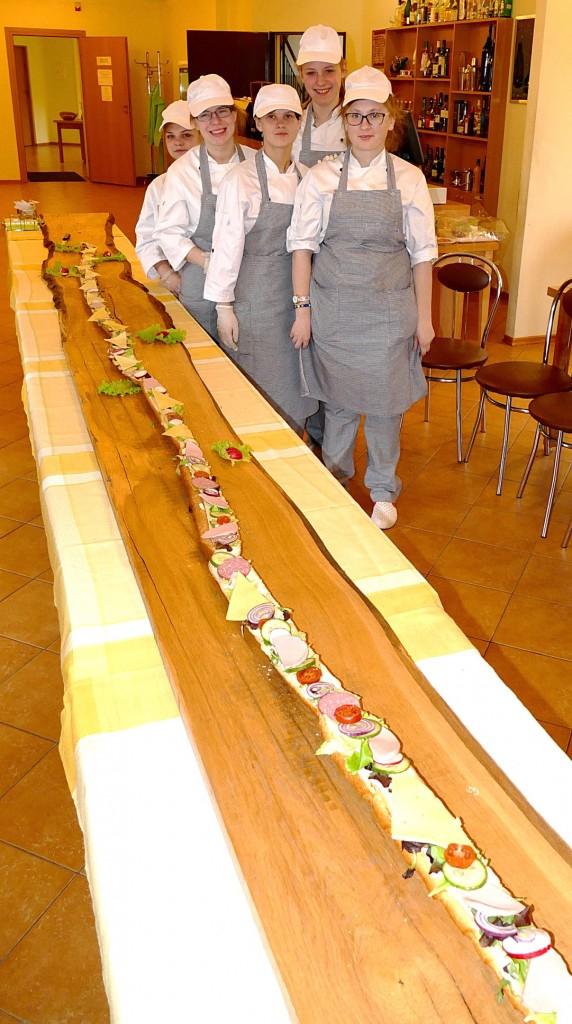 Virėjų specialybę studijuojančios merginos pagamino 6 metrų ilgio sumuštinį.