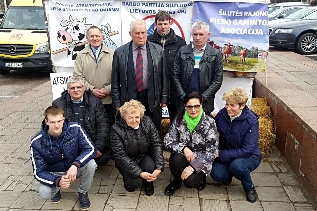 Prie Žemės ūkio ministerijos piketavę Šilutės ūkininkai uždavė klausimų rajono ir Kaimo reikalų skyriaus vadovams.