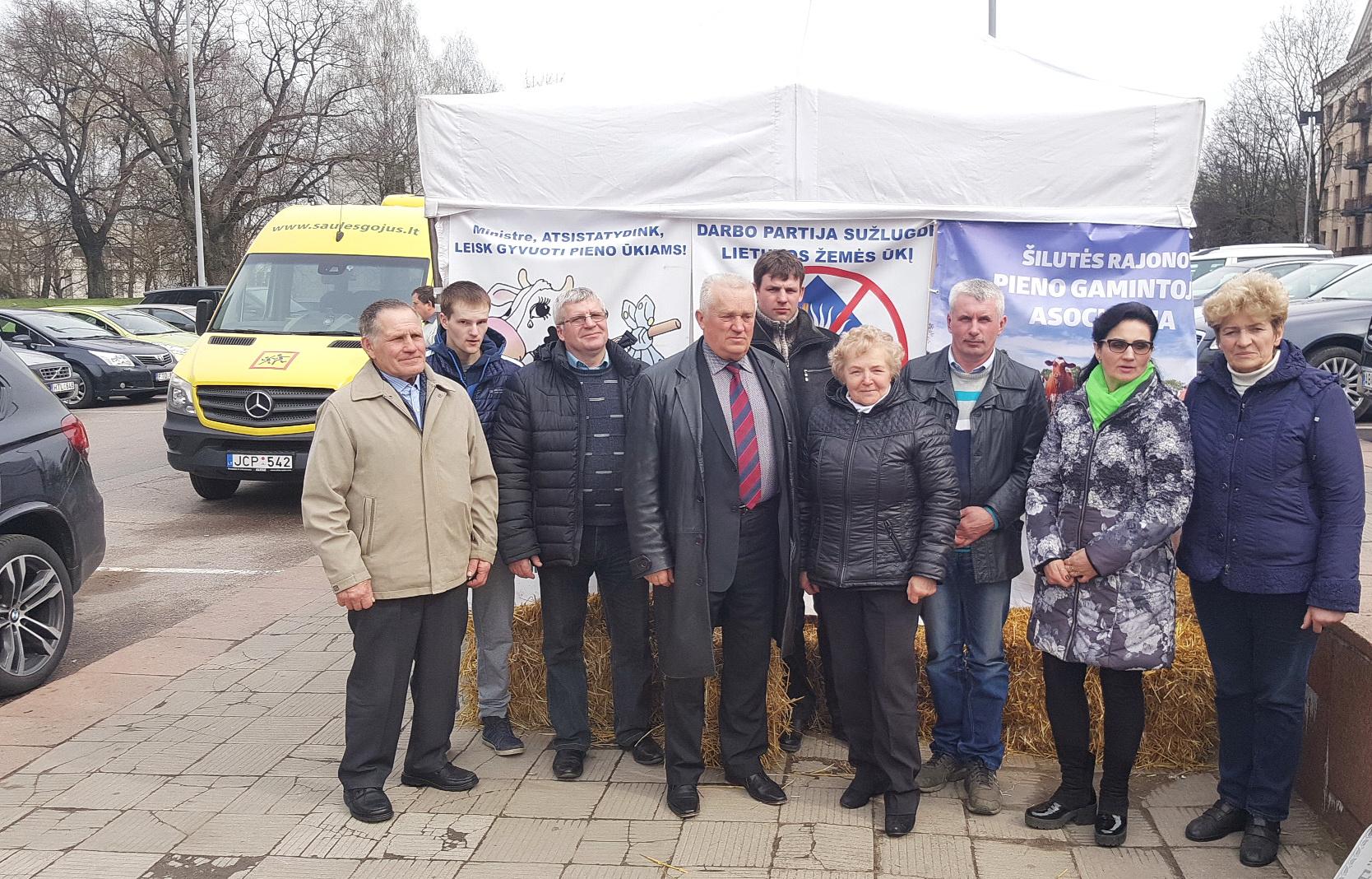 Šilutės pieno ūkių atstovai pikete Vilniuje šiandien, balandžio 12 d.