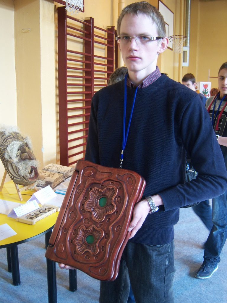Artūro Huberto Tumaičio dekoratyvinė drožinėta medinė knyga-fotoalbumas pelnė Švietimo ir mokslo ministerijos III laipsnio diplomą ir medalį.