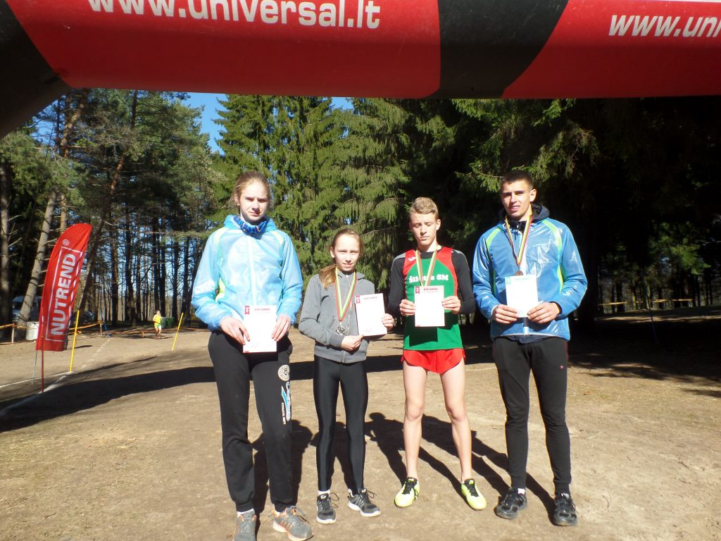 Pamariškiai bėgikai, šauniausiai pasirodę šalies lengvosios atletikos kroso 1-ojo etapo varžybose Raseiniuose balandžio 15 dieną (iš kairės): Julija Baciūtė, Gerda Bartkutė, Justas Budrikas ir Kęstas Mickus.