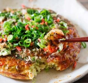 """Okono.JPG Japonų sugalvotas pikantiško skonio blynas """"okonomiyaki"""", išvertus iš japonų kalbos, reiškia: """"Ko norėtumėte kepto?""""."""