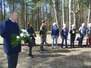 Su netradicinės pamokos dalyviais žuvusiuosius pagerbė ir Pagėgių savivaldybės meras Virginijus Komskis.