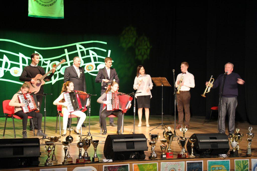 Mokyklos mokiniai dainavo, skambino fortepijonu, grojo variniais pučiamaisiais instrumentais, akordeonais, gitaromis.