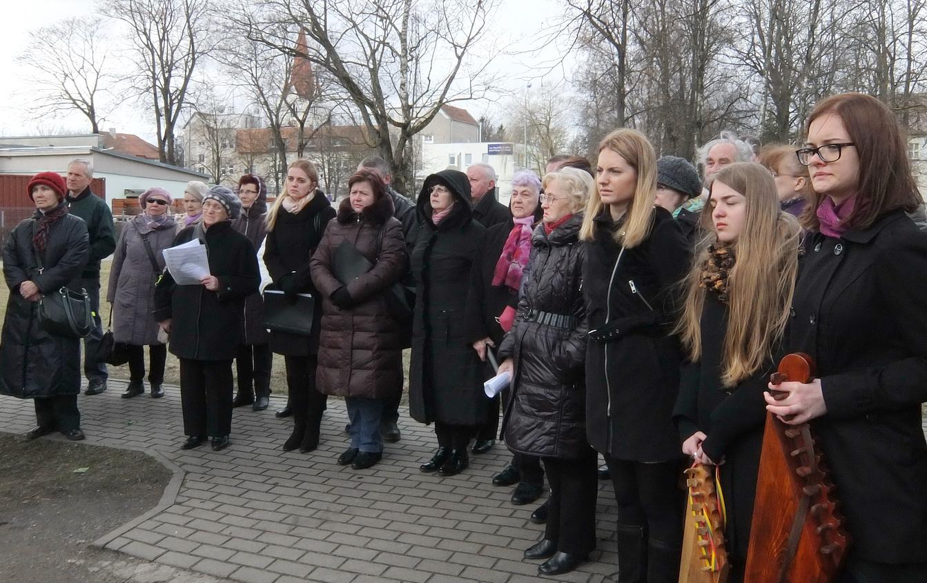 """Prie H. Šojaus kapo susirinko daug Šilutės pirmosios gimnazijos jaunimo, dalyvavo rajono vokiečių kilmės gyventojų bendrijos """"Heide"""" choro dalyviai."""