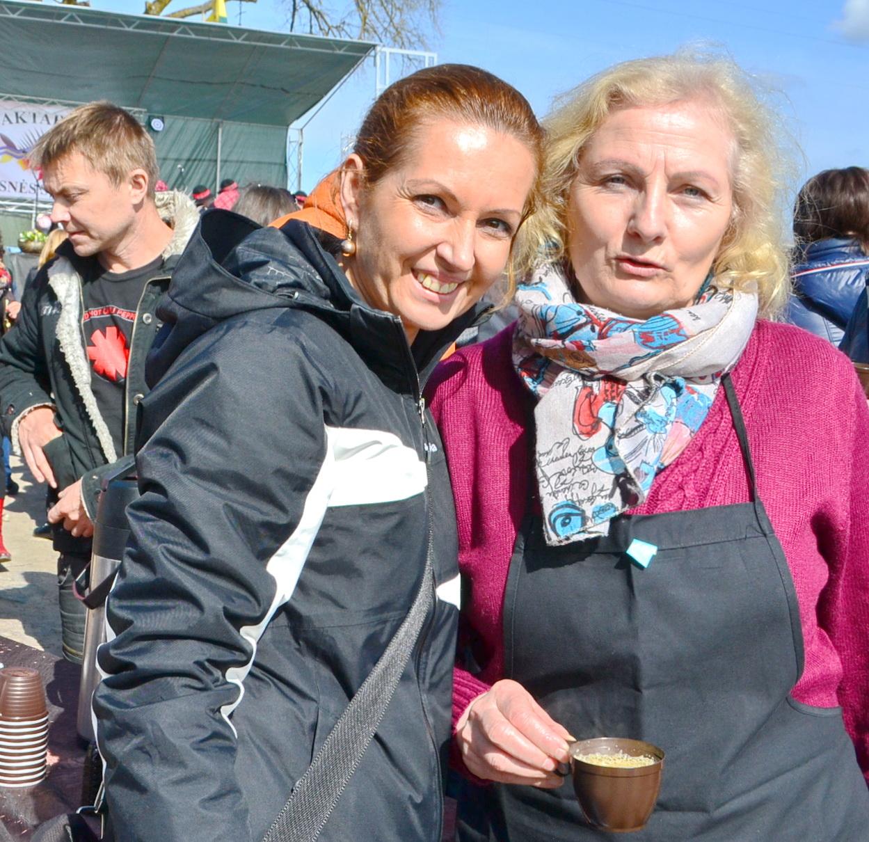 Salos etnokultūros ir informacijos centro direktorė Birutė Servienė ir vadybininkė Sonata Verbučianskė vaišino kafija