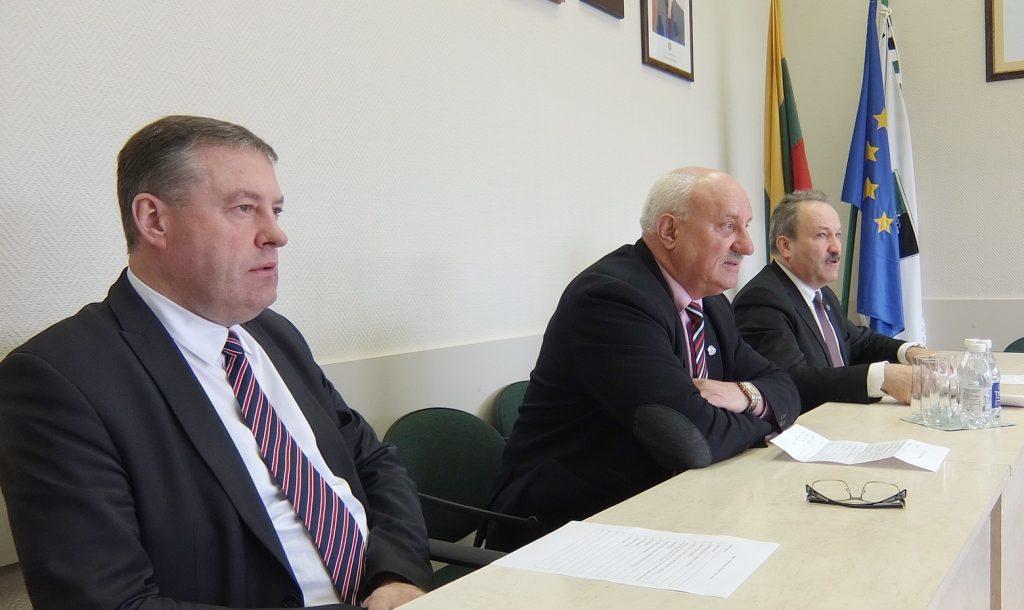 Spaudos konferencijoje (iš kairės) – Savivaldybės administracijos direktoriaus pavaduotojas Virgilijus Pozingis, administracijos direktorius Sigitas Šeputis ir meras Vytautas Laurinaitis.
