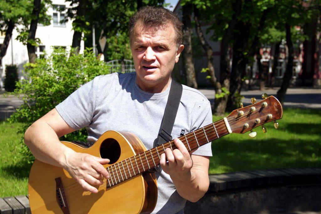 """Bardas Adas Nausėda koncertavo pasikeisdamas su kapela """"Šilo aidai""""."""