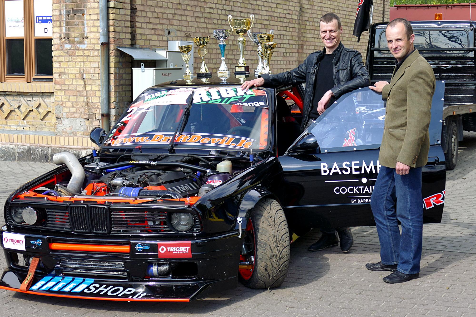 Iš kairės. Kęstutis Kelpša ir Simas Knapkis prie šonaslydžio varžyboms parengto automobilio, kuris išvysto apie 550 arklio galių.