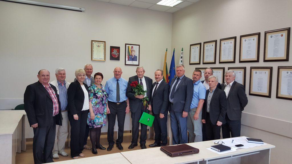 Nuotrauka prisiminimui – Jonas Budreckas (centre) su Savivaldybės vadovais ir kolegomis Šilutės rajono seniūnais gegužės 26 d., kai buvo pagarbiai išlydėtas į užtarnautą poilsį.